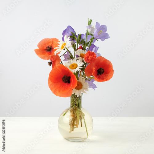 Leinwanddruck Bild Bouquet of beautiful flowers Chamomiles wheat and poppies