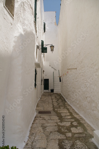 Italia,Puglia,Ostuni,vicolo,bianco,vicolo,stretto,abitazione,intonaco bianco © Daniele