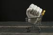 porcelanowa dłoń w wózku na zakupy