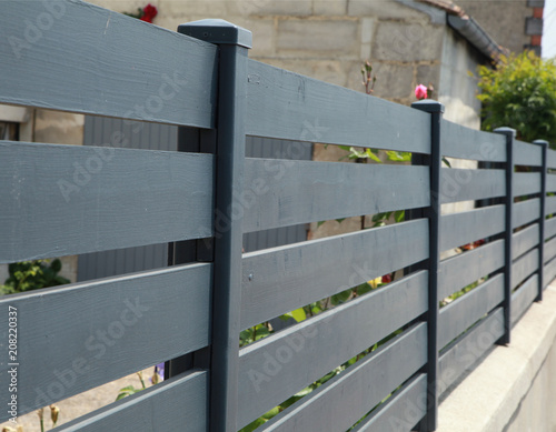 Brise-vue en bois d'une maison - 208220337