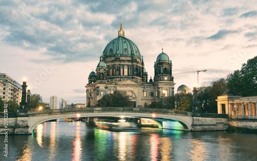 Aluminium Berlijn Berliner Dom (Berlin cathedral) over Spree river at dusk