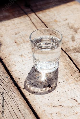 szklanka wody na tle drewna