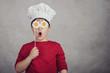 Leinwanddruck Bild - niño gracioso con huevos fritos en sus ojos