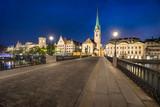 Altstadt von Zürich bei Nacht mit Münsterbrücke und Fraumünster, Schweiz
