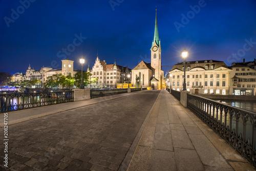 Fototapeta Altstadt von Zürich bei Nacht mit Münsterbrücke und Fraumünster, Schweiz