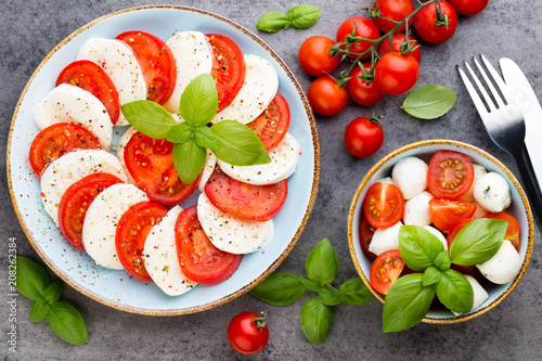Classic caprese salad. Mozzarella tomatoes and  Basilikum. - 208262384