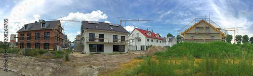 Leinwanddruck Bild Einfamilienhaus und Reihenhaus Neubauten, Siedlung vor der Stadt