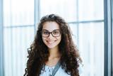 Portrait von hübscher brasilianischer Frau mit Brille  - 208310765