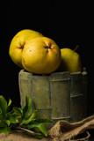 sarı armut ve yaprakları - 208345114