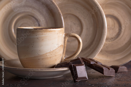 Aluminium Chocolade Cup of hot chocolate and bitter chocolate pieces.