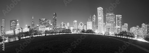 In de dag Chicago Black and white fisheye lens picture of Chicago skyline at night, USA.
