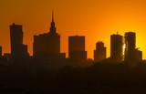 Wieżowce na tle zachodzącego słońca - 208370152