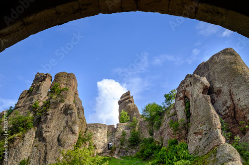 Foto Murales Rock fortress under arch 2