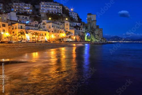 Foto Murales Panorama notturno di Cetara, piccolo paese della costiera amalfitana, Italia