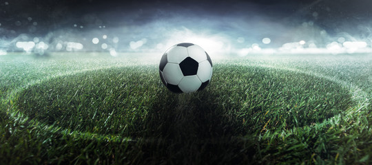 Fußball liegt auf dem Mittelpunkt © m.mphoto