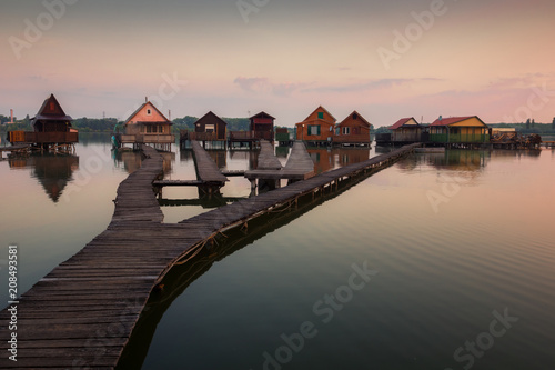 Foto Murales Wooden cottages on the Bokod lake in Hungary