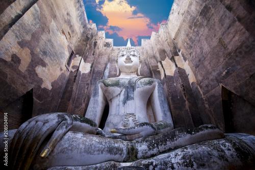 Aluminium Boeddha Big Buddha statue in Wat Sri Chum in Sukhothai Historical Park, Thailand.