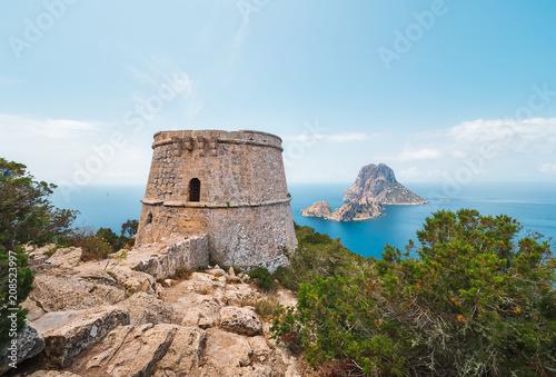 Torre des savinar e islotes de Es VEdrá y Es Vedranell, desde un acantilado en el parque natural de cala D´hort en Ibiza, España. Al mismo se accede por una ruta de Trekking