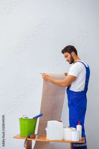 Leinwanddruck Bild Worker working on wallpaper during refurbishment