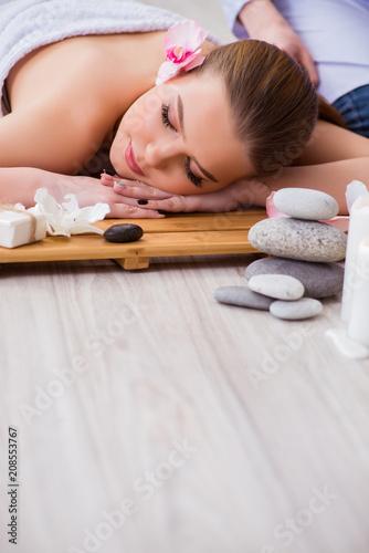 Młoda kobieta podczas zdrój procedury w salonie
