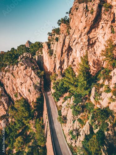 Wijąca się droga z góry Serpentine kręta droga nad chmurami we mgle Podróż przygodowa