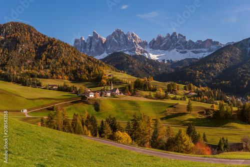 Góry i wieś w dolinie