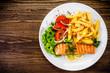 Leinwanddruck Bild - Fried salmon, chips and vegetables