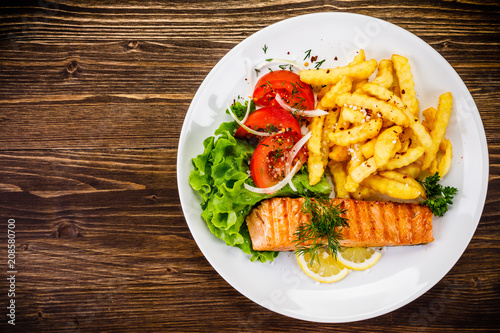 Fried salmon, chips and vegetables - 208580700