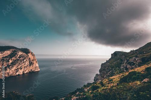Fotobehang Groen blauw Küste mit Meerblick auf Mallorca beim Sonnenaufgang