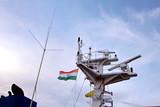 Мачта судна.конструкции и флаги на фоне голубого неба и облаков   - 208592924