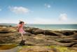 belle enfant jouant sur la côte