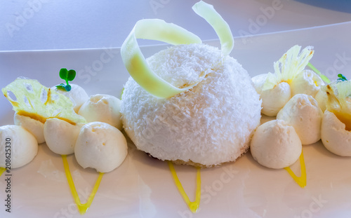 dôme coco sur sablé breton, meringues et chips d'ananas