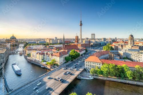 Leinwanddruck Bild Berlin Mitte mit Blick auf den Fernsehturm und das Nikolaiviertel