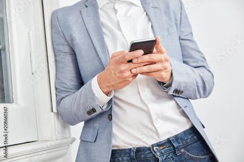 Geschäftsmann nutzt eine Smartphone App