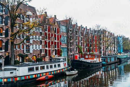 Leinwanddruck Bild Architecture Of Dutch Houses Facade and Houseboats On Amsterdam Canal
