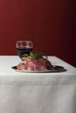 rohes Lammfleisch auf Leinentuch - 208673173