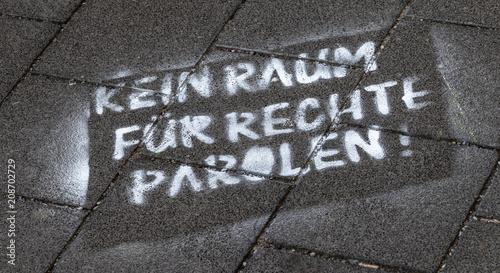 Fotobehang Graffiti Kein Raum für rechte Parolen