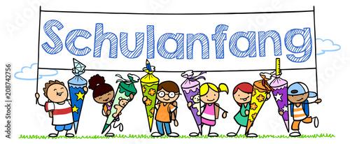 Viele Kinder mit Schultüte halten Schulanfang Banner