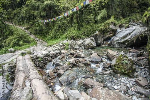Fotobehang Bergrivier Fluss im Himalaya Annapurna Trekking Pfad