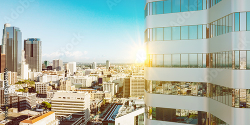 Słońce w lecie przy wieżowiec w Los Angeles
