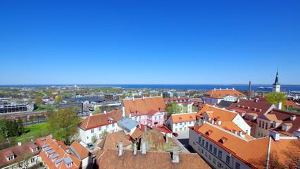 Zabudowa w estońskiej stolicy, Tallinie przy wybrzeżu morza bałtyckiego - czerwień dachów i stara architektura