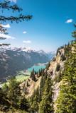 Spiegelungen im Bergsee vor den Alpen