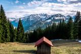 Bergkulisse in den Alpen mit Hütte