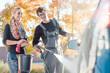 Leinwanddruck Bild - Service Arbeiter hilft Frau bei Autowäsche