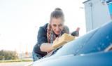 Frau bei Autowäsche nutzt Reinigungsschaum  - 208802959