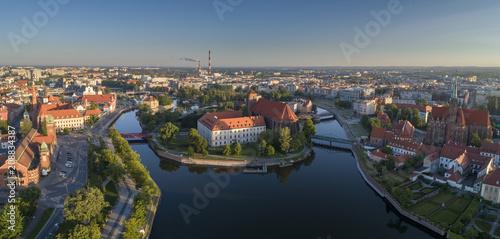 Fotobehang Zonsopgang Widok z lotu ptaka na Wyspę Słodową, rzekę oraz zachodnią część miasta - Wrocław, Polska