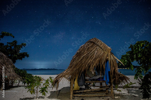 Fotobehang Tropical strand A hut beneath the starry sky
