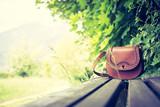 Lederhandtasche auf Holzbank, Textfreiraum - 208886136