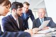 Verhandlung zwischen Geschäftsleuten im Meeting - 208897108