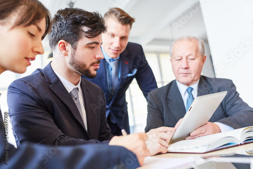 Fridge magnet Verhandlung zwischen Geschäftsleuten im Meeting